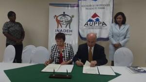 Xiomara de Arrocha Presidenta AUPPA Modaldo Tunon Director INADEH firman convenio