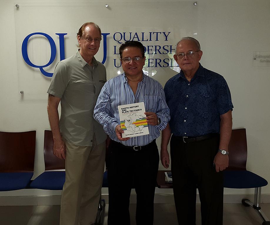 Banquero alemán Horst Schefford (QEPD) donación a la biblioteca de Quality Leadership University y Dr. Charly Garcia